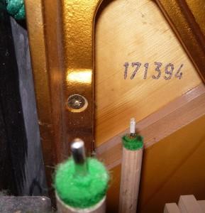 Tutaj numer fabryczny pianina widoczny jest w środku, na płycie rezonansowej