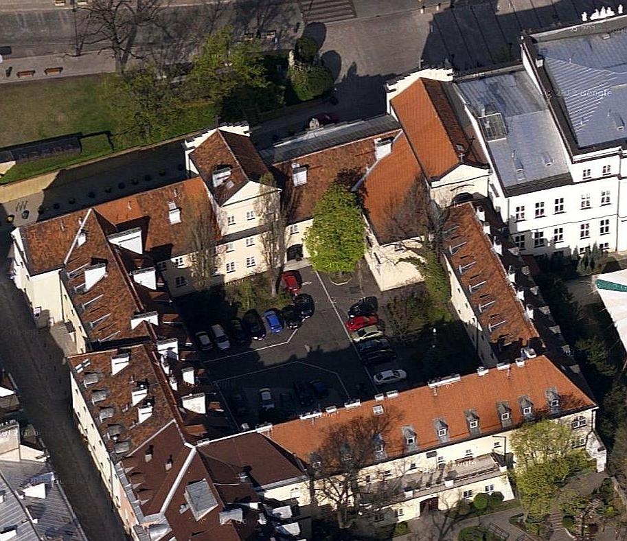 Dawny klasztor karmelitanek bosych w Warszawie. Kościół jest po prawej.