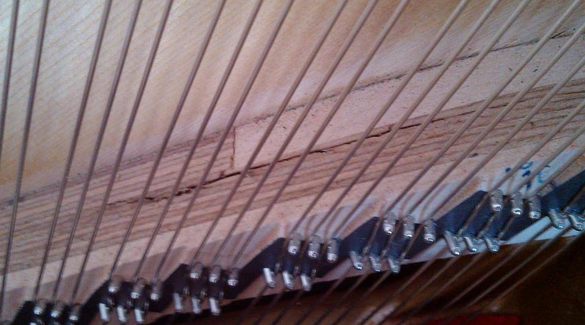 Rozwarstwiony próg pianina ze sklejki