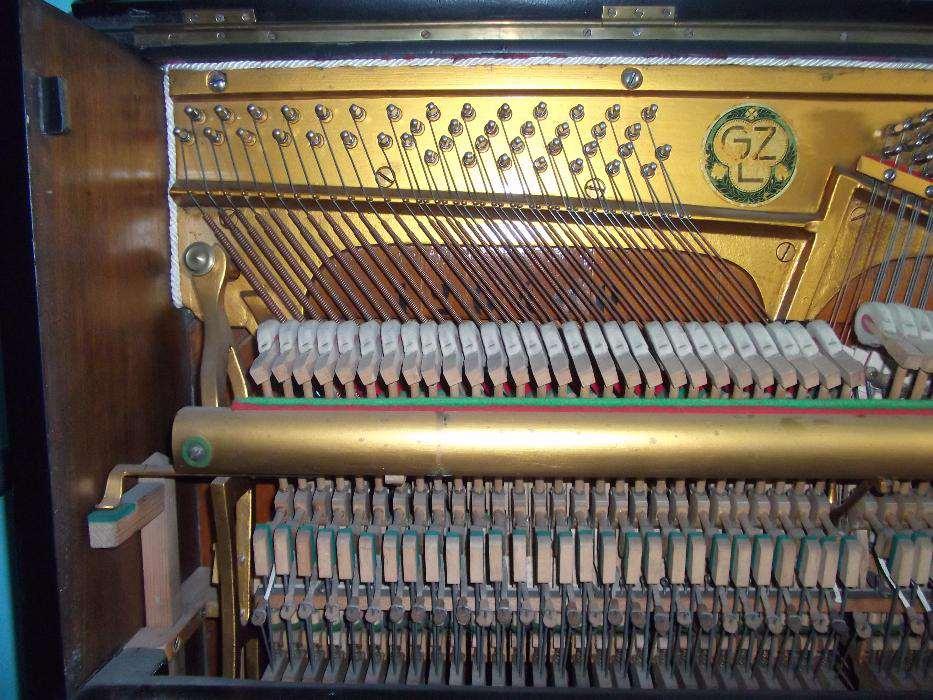 """Inne pianino do porównania. Jak to się mówi, """"znajdź 10 różnic""""."""