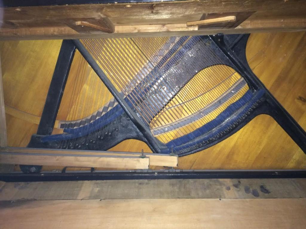 Pianino z Aachen - kształt ramy i mostu basowego